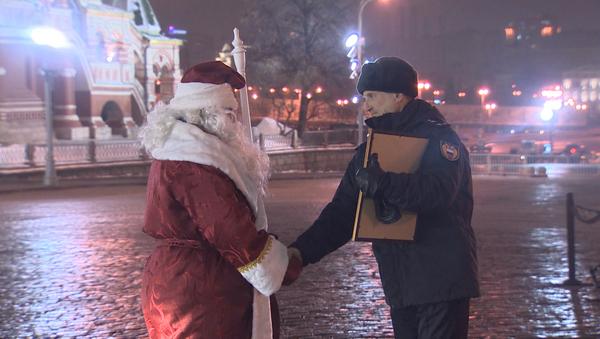Дед Мороз доставил на Красную площадь новогоднюю ель из Подмосковья - Sputnik Азербайджан