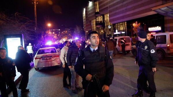 Турецкий спецназ около здания художественной галереи, где было совершено нападение на российского посла - Sputnik Азербайджан