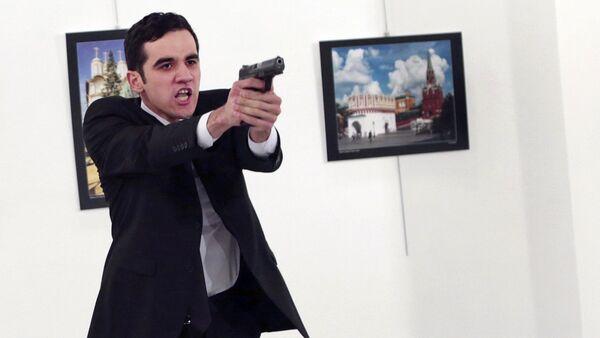 Вооруженный мужчина, застреливший посла РФ в Турции Андрея Карлова, 19 декабря 2016 года - Sputnik Азербайджан