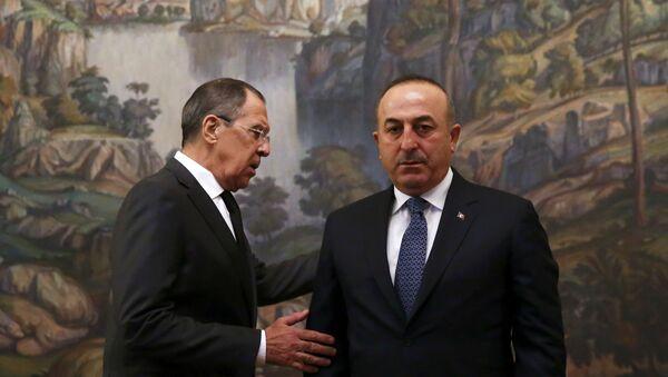 Министр иностранных дел РФ Сергей Лавров (слева) и министр иностранных дел Турции Мевлют Чавушоглу  - Sputnik Азербайджан