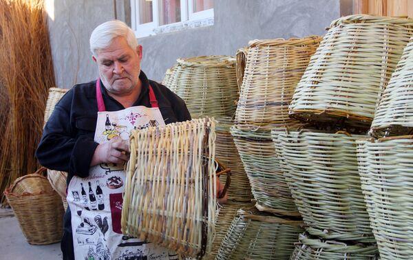 Мастер по плетению корзин Вилайет Гурбанов - Sputnik Азербайджан