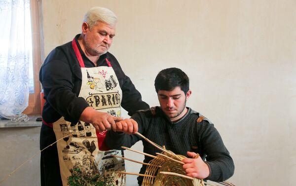 Корзинщик Вилайет Гурбанов со своим юным учеником - Sputnik Азербайджан