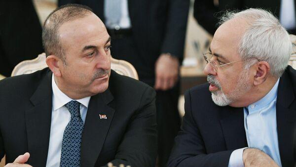 Министр иностранных дел Турции Мевлют Чавушоглу (слева) и министр иностранных дел Ирана Мухаммад Джавад Зариф - Sputnik Azərbaycan