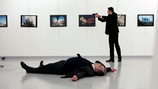 Вооруженный мужчина, застреливший посла РФ в Турции Андрея Карлова - Sputnik Азербайджан