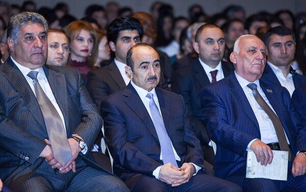 Слева направо: министр молодежи и спорта Азад Рагимов, профессор Али Гасанов и директор Института истории НАНА Ягуб Махмудов на презентации - Sputnik Азербайджан