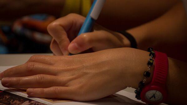 Девушка подписывает бумаги, фото из архива - Sputnik Азербайджан