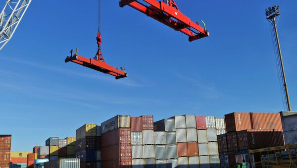 Отгрузка и разгрузка товаров на грузовом контейнерном терминале, фото из архива - Sputnik Азербайджан