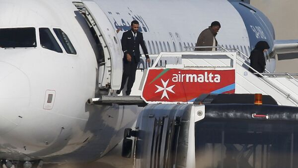 Заложники покидают захваченный самолет Afriqiyah Airways - Sputnik Азербайджан