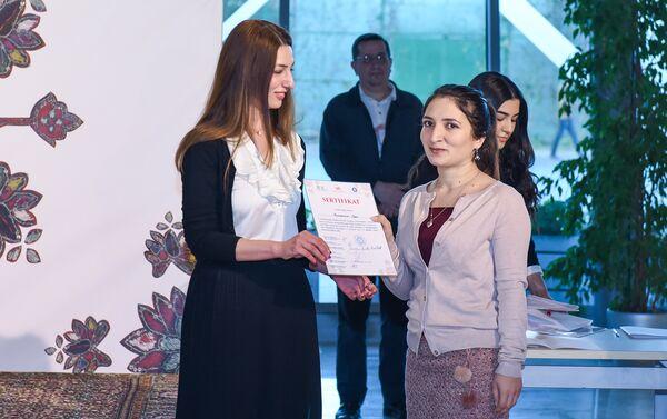Вручение сертификата участнице проекта Культурное наследие Азербайджана - Sputnik Азербайджан