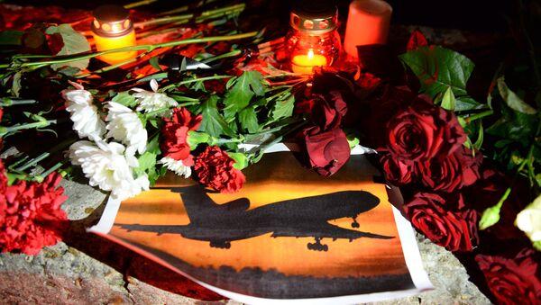 Свечи и цветы на акции памяти в Сочи, где самолет Минобороны РФ Ту-154 потерпел крушение у побережья Черного моря - Sputnik Азербайджан