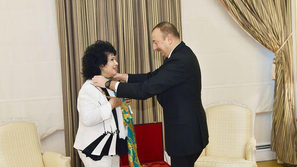 Выдающейся певице, народной артистке Азербайджана Зейнаб Ханларовой был представлен орден Гейдар Алиев за особый вклад в развитие культуры страны - Sputnik Азербайджан