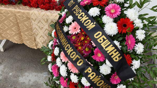 Люди несут цветы к посольству РФ в Баку в память о жертвах авиакатастрофы - Sputnik Азербайджан