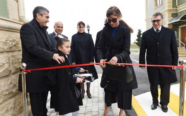 Президент Фонда Гейдара Алиева Мехрибан Алиева разрезает ленту в знак открытия здания - Sputnik Азербайджан