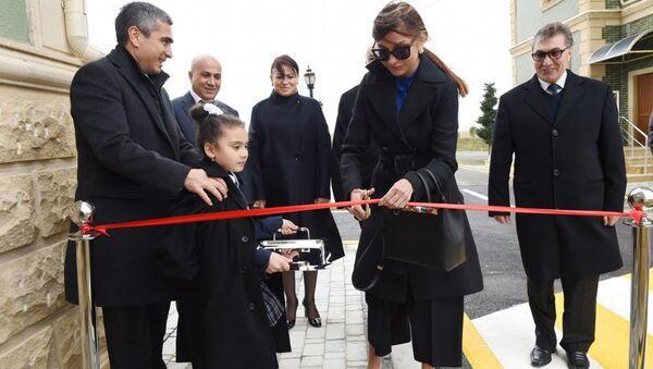 Первая леди Азербайджана Мехрибан Алиева приняла участие в церемонии открытия здания для воспитанников детских домов в поселке Масазыр - Sputnik Азербайджан
