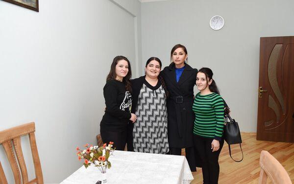 Мехрибан Алиева с владелицами новых квартиры - Sputnik Азербайджан