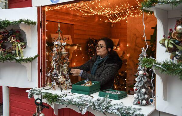 Благотворительная новогодняя ярмарка Холодные руки - горячие сердца в центре Баку - Sputnik Азербайджан