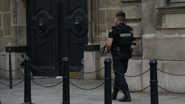 Жандарм у парижского здания посольства Великобритании во Франции - Sputnik Азербайджан