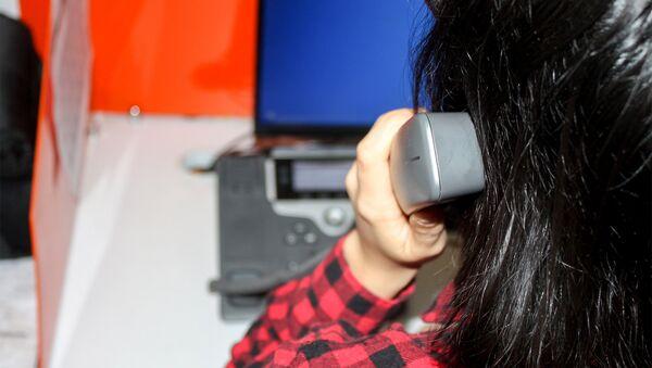 Девушка разговаривает по телефону, фото из архива - Sputnik Azərbaycan