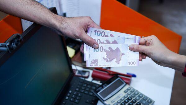 Передача денег из рук в руки - Sputnik Azərbaycan