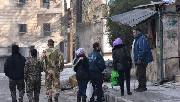 Сирийцы в районе Зебдийе, севернее Алеппо - Sputnik Азербайджан