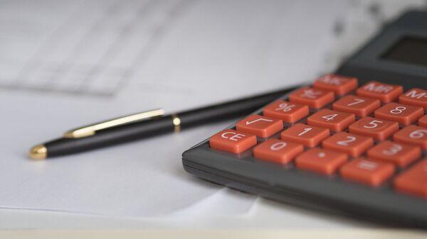 Калькулятор и ручка, фото из архива - Sputnik Азербайджан
