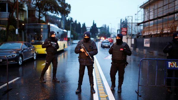 Турецкие полицейские на месте теракта в стамбульском ночном клубе, 1 января 2017 года - Sputnik Azərbaycan