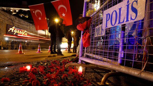 Гвоздики у входа в ночной клуб Рейна, Стамбул, 1 января 2017 года - Sputnik Azərbaycan