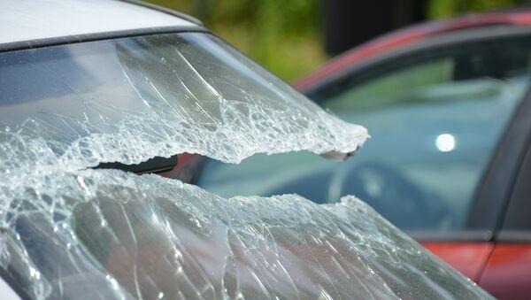 Разбитое лобовое стекло автомобиля, фото из архива - Sputnik Азербайджан