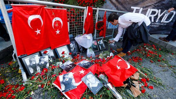 Цветы у входа в ночной клуб Рейна, где произошел теракт, Стамбул, 3 января 2017 года - Sputnik Азербайджан