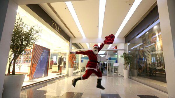 Мужчина в костюме Санта-Клауса, фото из архива - Sputnik Азербайджан