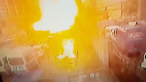 Момент взрыва у здания суда в турецком Измире. Кадры с камеры наблюдения - Sputnik Азербайджан