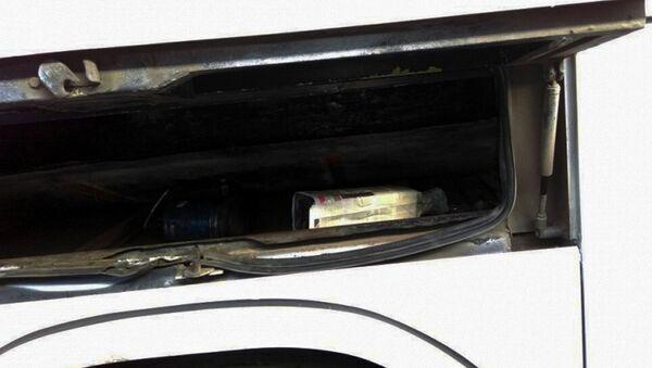 Спиртные напитки, спрятанные в пассажирском автобусе - Sputnik Азербайджан