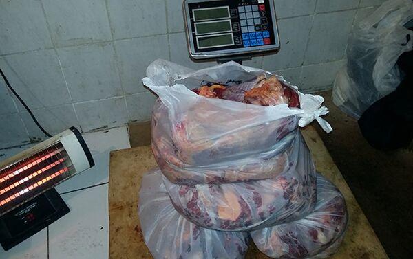 Подпольный цех по разделке туш и обвалке мяса в Тезе Базар - Sputnik Азербайджан