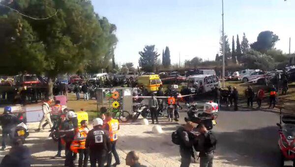 Грузовик протаранил группу военных в Иерусалиме. Кадры с места ЧП - Sputnik Азербайджан