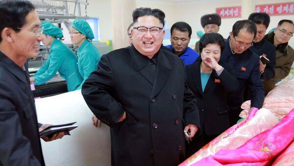 Şimali Koreya lideri Kim Çen In yorğan fabrikində, 9 yanvar 2017-ci il - Sputnik Азербайджан