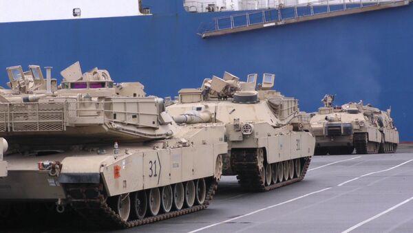Выгрузка американских танков и бронетехники в немецком порту Бремерхафен - Sputnik Азербайджан