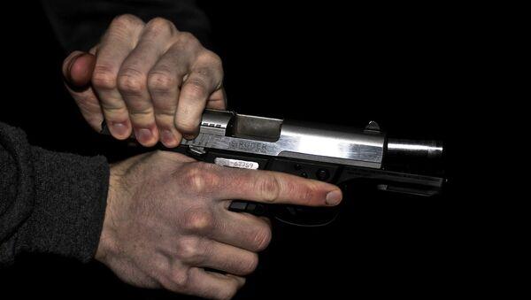 Мужчина с пистолетом в руке, фото из архива - Sputnik Азербайджан