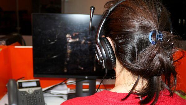 Девушка играет в компьютерную игру, фото из архива - Sputnik Азербайджан