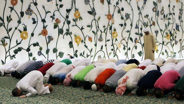Во время молитвы в мечети шейха Зайда в Абу-Даби, ОАЭ, фото из архива - Sputnik Azərbaycan