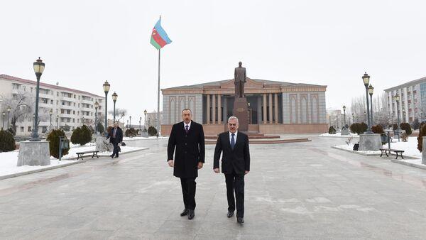 Посещение памятника общенациональному лидеру Гейдару Алиеву - Sputnik Азербайджан
