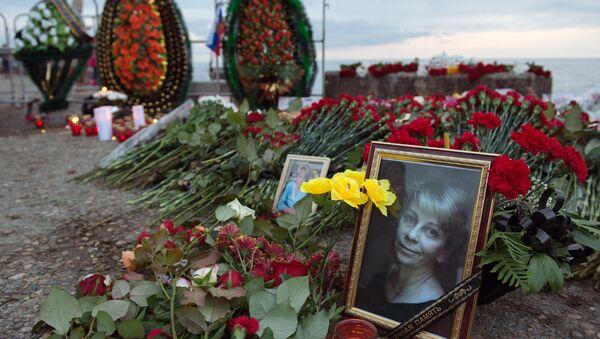 Цветы и свечи на площади Южного мола морского порта в память о жертвах крушения ТУ-154 в Соч - Sputnik Азербайджан