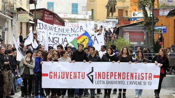 Корсиканские националисты в ходе демонстрации на улицах Корте, Северная Корсика, 3 декабря 2014 года - Sputnik Азербайджан
