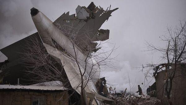 Сотрудники МЧС Кыргызстана на месте крушения самолета недалеко от аэропорта Манас - Sputnik Азербайджан