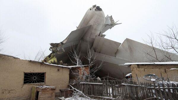 Обломки самолета на месте крушения Boeing-747 от аэропорта Манас в Кыргызстане - Sputnik Азербайджан