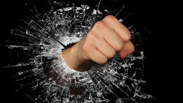 Мужской кулак, пробивающий стекло - Sputnik Азербайджан