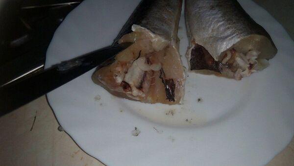 Рыба с червями, купленная в одном из супермаркетов Кишинева - Sputnik Азербайджан