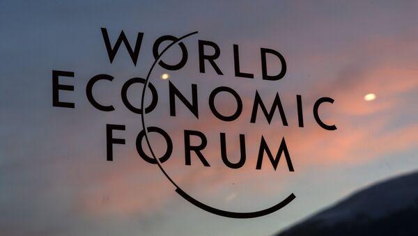 Табличка Всемирного экономического форума в Давосе, 17 января 2017 года - Sputnik Азербайджан