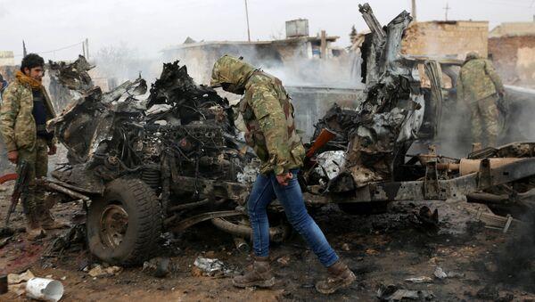 Поврежденный автомобиль в сирийском городе Эль-Баб, фото из архива - Sputnik Азербайджан