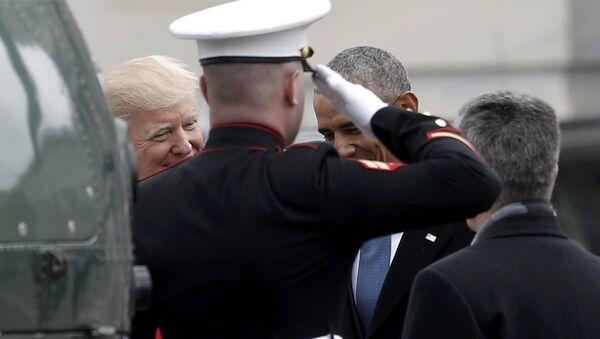 Президент Дональд Трамп провожает экс-президента Барака Обаму перед Капитолием - Sputnik Азербайджан