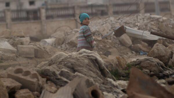 Ребенок в разрушенном сирийском городе аль-Рай, 20 января 2017 года - Sputnik Азербайджан